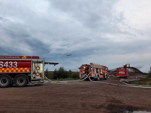 Rajavartiolaitoksen ja puolustusvoimien helikopterit olivat apuna sammutustöissä.