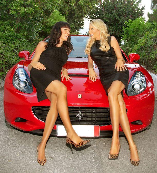 Miljonääriäidit-ohjelmassa esiintynyt Ferrari oli näyttävästi esillä.