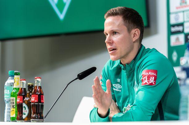 Niklas Moisander vastaili toimittajien kysymykseen tiistaina järjestetyssä lehdistötilaisuudessa Bremenissä.