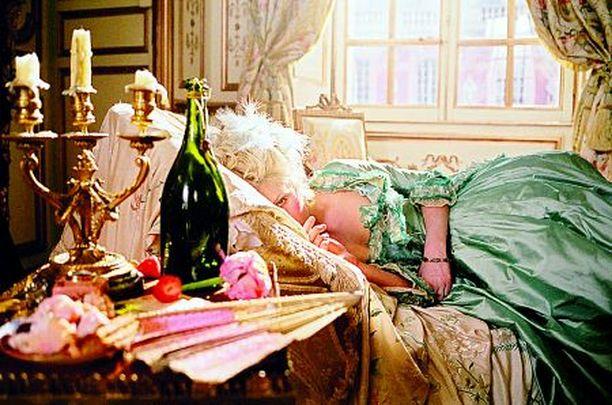 ANTOINETTE INSPIROI MAAILMALLA Maria Antoinettesta tehty elokuva inspiroi talven muotia maailmalla. Näkyykö tyyli Linnassa 6.12.?