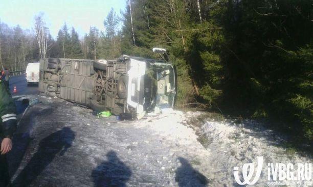 Ainakin kolme ihmistä sai torstaiaamuna surmansa liikenneturmassa 12,5 kilometrin päässä Venäjän ja Suomen rajalta.