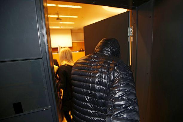 Raiskauksesta epäilty saapumassa Helsingin käräjäoikeuden istuntosaliin 2016.