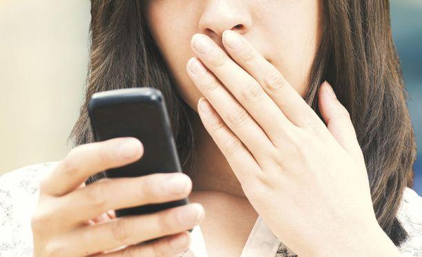 Kumpikaan uhreista ei voinut sulkea puhelintaan tai jättää viestejä lukematta. Kuvituskuva.