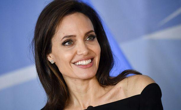 Angelina Jolie, 42, on kuuden lapsen äiti.