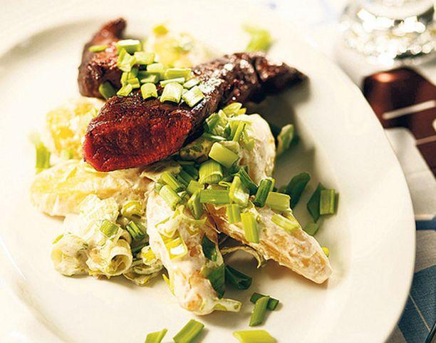 Tarjoile puikulaperunasalaatin kanssa vaikka poronfileitä.
