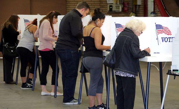 Äänestäjät kävivät äänestämässä Alhambrassa Kaliforniassa