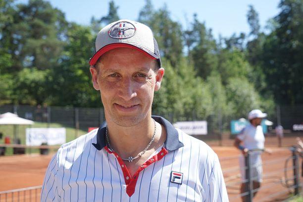 Antti Törmänen osallistui Bermudan kannu -tennisturnaukseen Helsingissä hymy kasvoillaan.