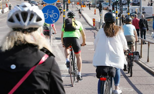Kesällä töihin kannattaa mennä pyörällä, niin työtkin maistuvat entistä paremmin.