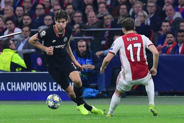 Chelsean Marcos Alonso (vas.) oli ratkaisemassa Chelsean vierasvoittoa Ajaxista.