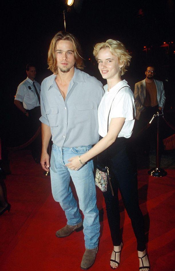 Brad Pitt ja Juliette Lewis seurustelivat 90-luvulla. Pari edusti punaisella matolla blondissa tyylissä.