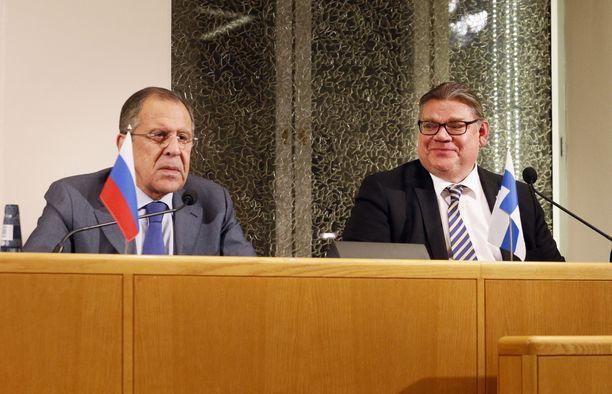 Ulkoministeri Timo Soini (ps) tapasi venäläisen kollegansa Sergei Lavrovin Barentsin euroarktisen neuvoston ulkoministerikokouksessa Oulussa lokakuussa 2015.