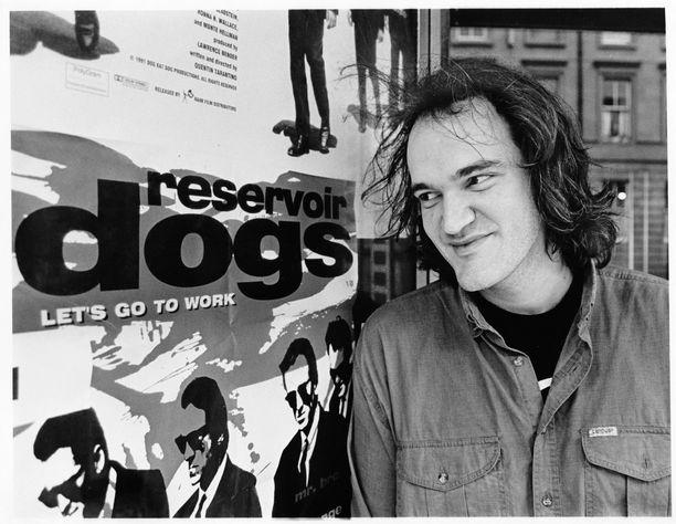 Nuori Quentin Tarantino kuvattuna ensimmäisen elokuvansa julisteen vieressä 1990-luvun alussa.