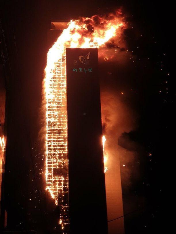 Palo näytti alkuvaiheessa hyvin vakavalta, kun kova tuuli sai seinän leimahtamaan.