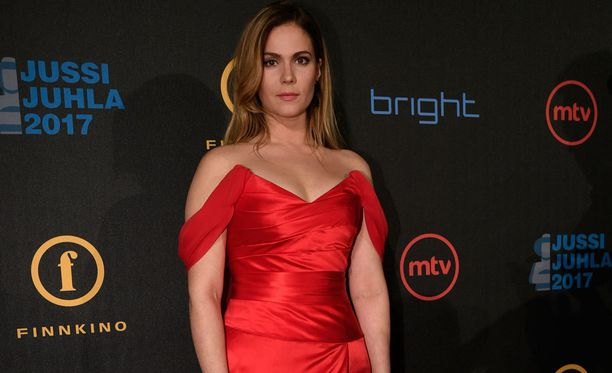 Viitalalla oli päällään upea punainen olkapäät paljastava mekko.