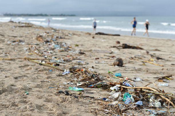 Kuta Beachin suosio näkyy ikävä kyllä myös roskien määrässä.