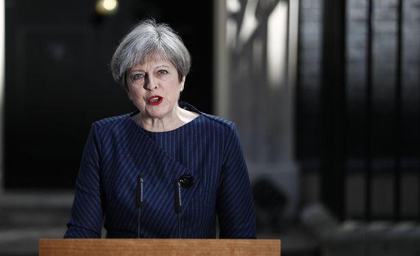 Pääministeri Theresa May ilmoitti ennenaikaisista parlamenttivaaleista virka-asuntonsa Downing Street 10:n edustalla.