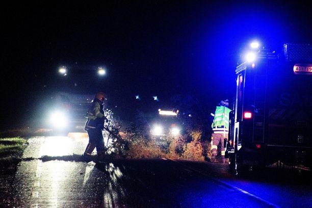 Satakunnan pelastuslaitos raivasi noin neljän aikaan tielle kaatuneen puun.