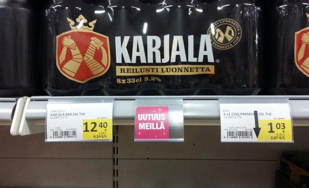 Helsinkiläisessä Kaaren Prismassa kahdeksan 0,33 litran oluen pakkaus Karjalaa oli vajaat 13 prosenttia halvempi kuin Alkon verkkokaupassa. Yksi Karjalan A-oluttölkki Prismassa oli keskiviikkona puolestaan 29 prosenttia halvempi kuin Alkossa. Ennen alkoholilain uudistusta hintaeroksi ennustettiin vajaata 40 prosenttia. Kuvituskuva.
