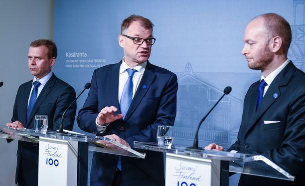 """Juha Sipilän mukaan perussuomalaisten hajoamisesta oli huhuja, mutta asia varmistui tiistaina. Sampo Terho puhui perussuomalaisista """"entisenä viiteryhmänään"""". Petteri Orpon mukaan työskentely uuden ryhmän kanssa on helpompaa kuin perussuomalaisten kanssa."""