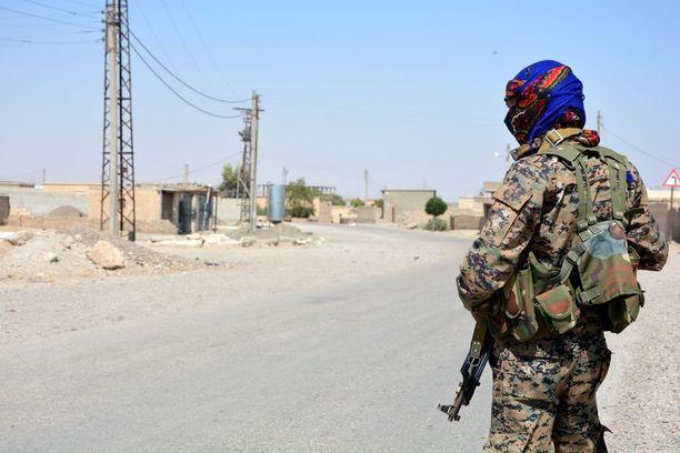 """Kurdisotilas vartioi Isisin """"pääkaupunkia"""" Raqqaa."""