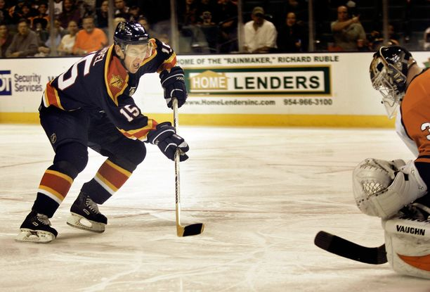 Florida Panthersin Jozef Stümpel ohitti Philadelphia Flyersin Antero Niittymäen lokakuussa 2006.