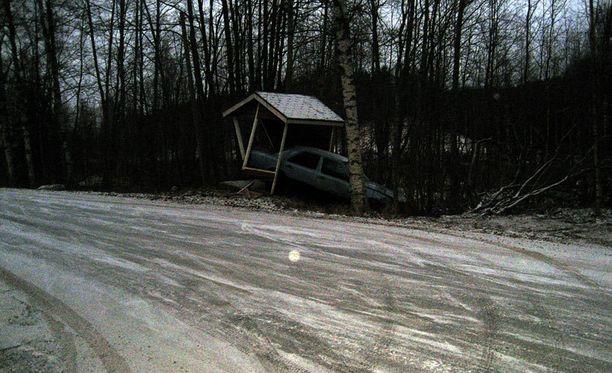 Auto suistui maitolaiturin läpi Nurmeksessa.