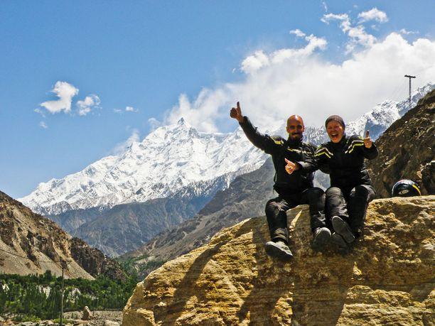 Onnelliset matkalaiset. Rami Syed tyttöystävänsä Minnan kanssa moottoripyörämatkalla Karakorumin maantiellä.