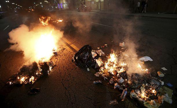 Oaklandissa poltettiin renkaita ja roskakoreja.
