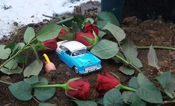 Muistorikas sinivalkoinen pikkuauto katosi pirkanmaalaiselta hautausmaalta viime viikolla.