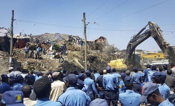 Maanvyörymän uhreja kaivettiin esiin sunnuntaina Reppin kaatopaikalla.