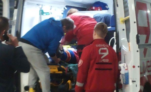 Pekka Jormakka vietiin törkytaklauksen jälkeen ambulanssiin.