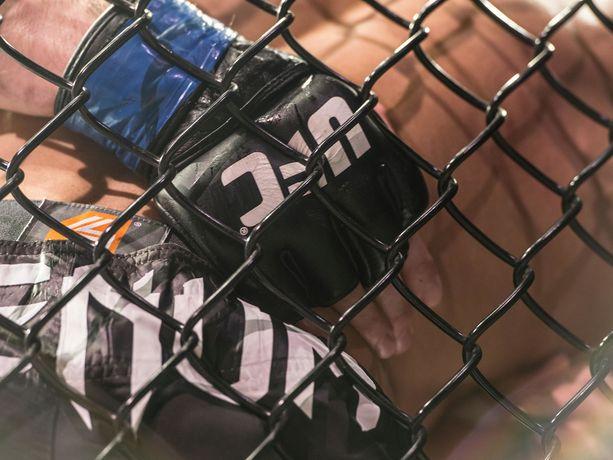 Vastustajalle ei kannata koskaan kääntää selkäänsä UFC-häkissä.