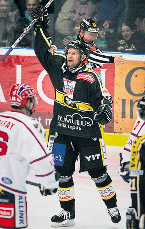ISÄNTÄ Helsingin IFK sai maistaa omaa lääkettään. Jere Karalahti on askin kingi Oulussa.