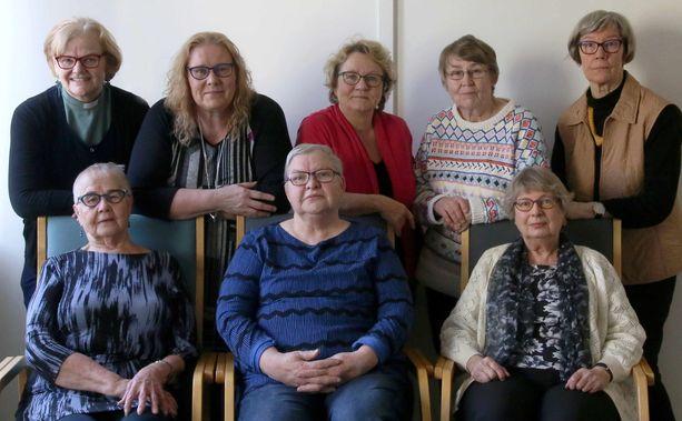 Leena Lastunen (alhaalla keskellä) muiden Leskenlehdet-ryhmien ohjaajien kanssa. Salo-Uskelan seurakunnan diakonissa Maija-Liisa Ristola-Niskala (ylärivi vas.), diakoni, sairaanhoitaja Kaija Virtanen, psykoterapeutti Liisa Salmenperä, Airi Nikkanen (ohjaaja), Lea Ruohonen (ohjaaja), Sinikka Kähkönen (ohjaaja), Leena Lastunen (ohjaaja) ja Ulla Sandell (ohjaaja).