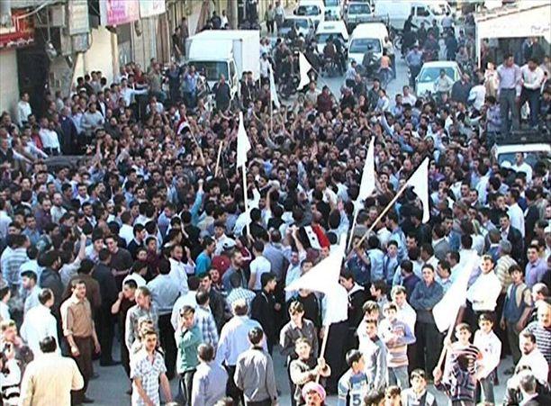 Mielenosoittajia Doumassa 15. huhtikuuta 2011. Vielä tuolloin ihmiset vaativat ensisijaisesti uudistuksia.