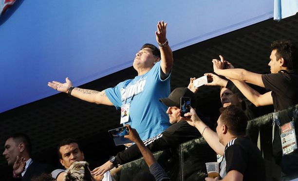 Villisti aitiossa juhlinutta Diego Maradonaa (sinisessä paidassa) jouduttiin kannattelemaan kahden miehen voimin.