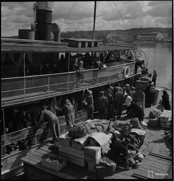 Sisävesien höyrylaivoja käytettiin Karjalan evakuoinnin apuna. Tässä haetaan evakkoja ja heidän tavaroitaan Vuoksenniskan satamasta.