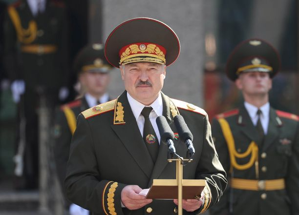 Valko-Venäjän presidenttiä vaaditaan luopumaan vallasta.
