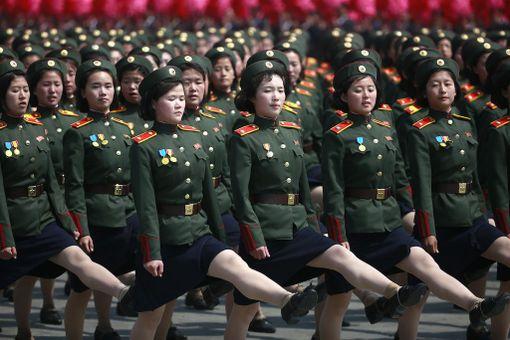 Naissotilaat marssivat tahdissa.
