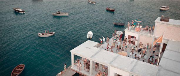Netflixin elokuvassa itsenäisessä, Italian rannikolle pystytetyssä minivaltiossa kuvataan sekä juhlia että myrskyisempiä aikoja.