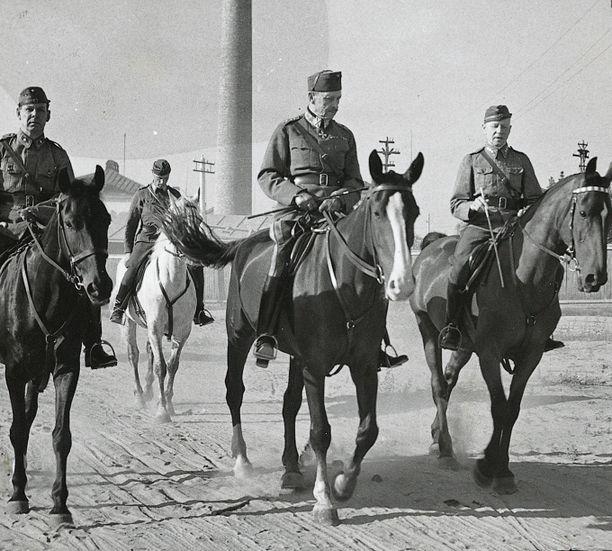 Mannerheim aamuratsastuksella vuonna 1942.