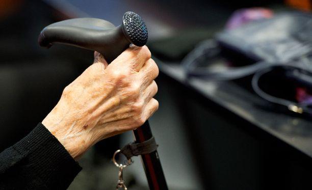Hallitus vähentää ensi vuonna hoitajien vähimmäismitoituksen 0,5 hoitajasta 0,4 hoitajaan vanhusta kohden. Arkistokuva.