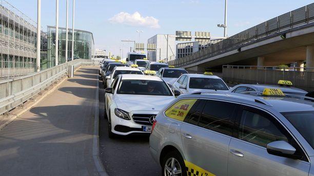 Hki-Vantaan terminaalien eteen raivataan lähiaikoina tilaa neljälle taksikaistalle, joista matkustajat voivat valita kyydin. Uusi laki edellyttää hinnan kertomista asiakkaalle etukäteen, ja erityistä sopimista, kun hinta ylittää 100 €.