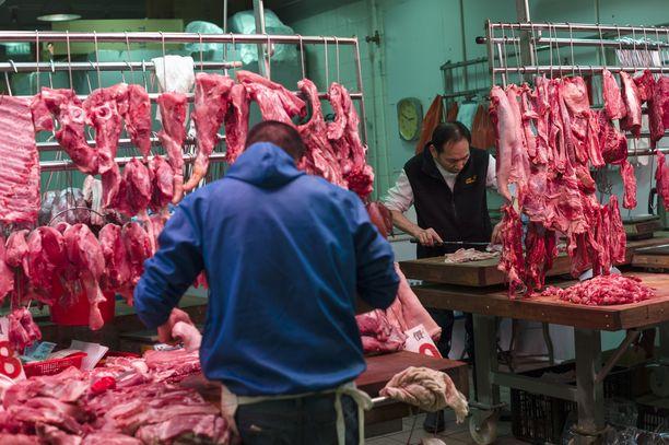 Lihakauppiaat työskentelivät porsaan- ja naudanlihakojulla Sham Shui Pon torilla Hongkongissa.