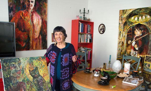 Liana Kaarinan kotona on paljon hänen maalaamiaan tauluja. Seinällä olevan omakuva on Kreetta-tyttären käsialaa.