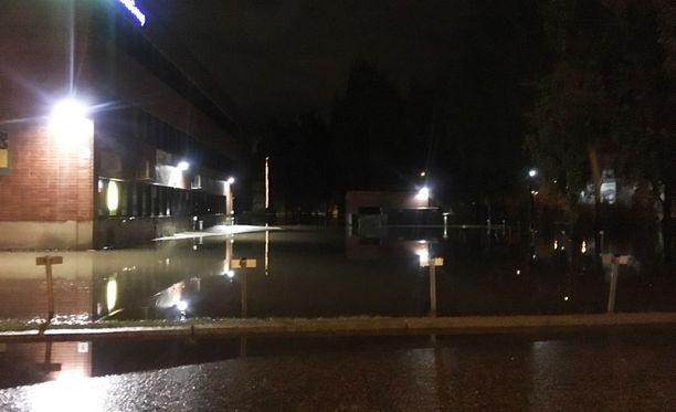 Kovat sateet aiheuttivat tulvan yöllä Vihdintien varressa Helsingin Konalassa.