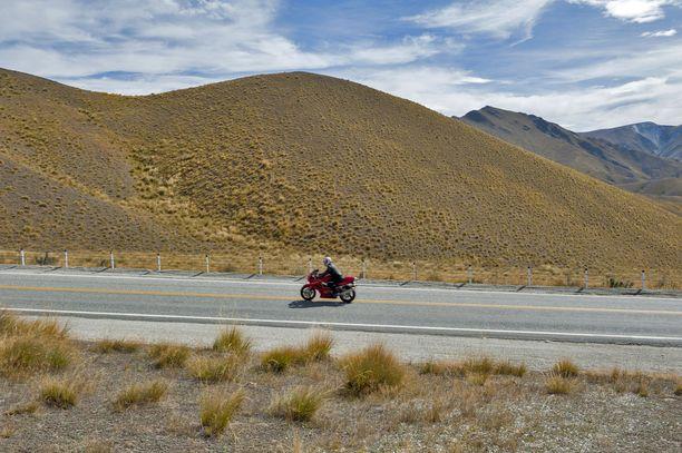 Martti Niemi matkusteli jo työiässä. Enää hän ei jaksa lähteä. Reissattua tuli muun muassa Uudessa-Seelannissa moottoripyörällä, mistä kuvituskuva.