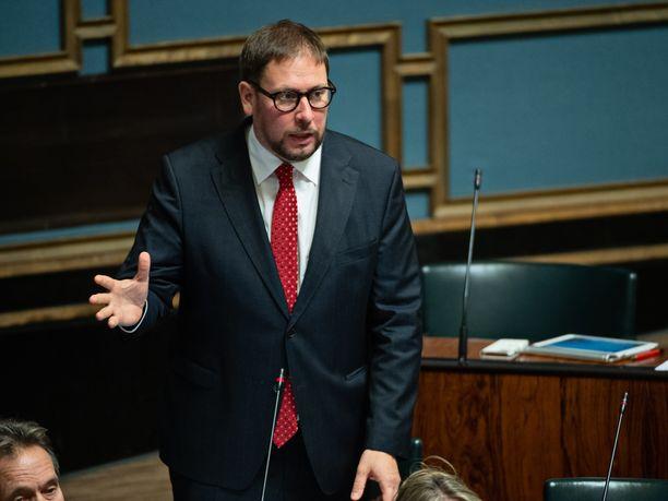 Vasemmistoliiton Paavo Arhinmäki ihmettelee julkisuudessa liikkuneita tietoja valtionyhtiö Raskoneen myynnistä poliisitutkinnassa olevalle liikemiehelle.