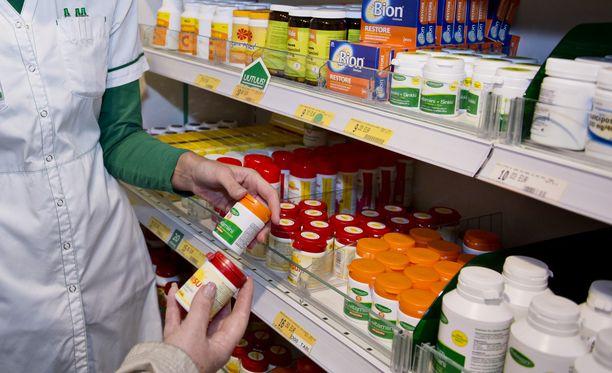 KKV huomauttaa, että vapaakaupan tuotteiden myyminen vain apteekin kautta voi jättää kuluttajalle mielikuvan tuotteen lääketieteellisestä vaikutuksesta myös silloin, kun vaikutusta ei ole. Kuvituskuva.