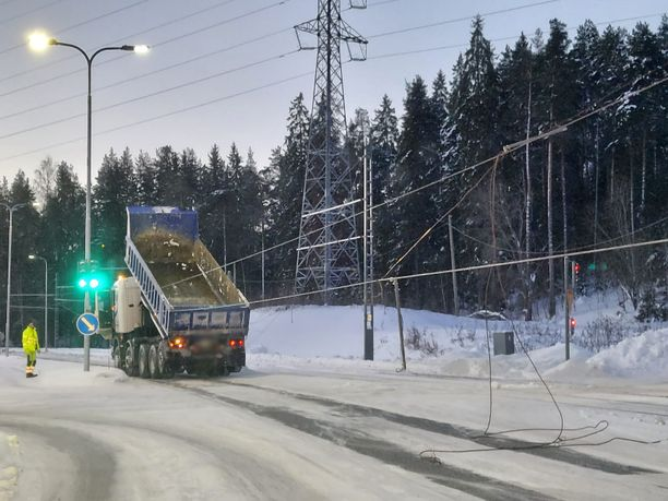 Ajolankaa tuli alas useita satoja metrejä. Korjauksen arvioidaan vievän useita tunteja. Tilanne aiheuttaa haittaa liikenteelle.